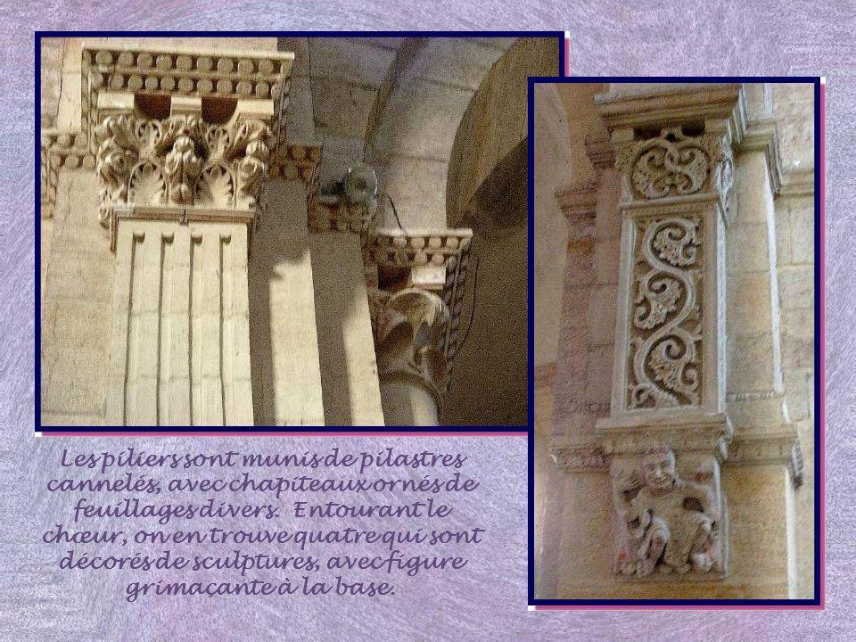 La galerie donne accès à cette curieuse et élégante tribune sur trompe, reproduction miniature de celle de la grande abbatiale de Cluny III.