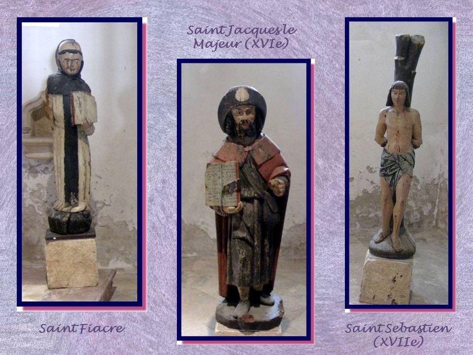Dans la chapelle Saint Hilaire, on peut admirer des statues polychromes un peu naïves : Saint Côme, Saint fiacre, Saint Jacques le Majeur, Saint Sébas