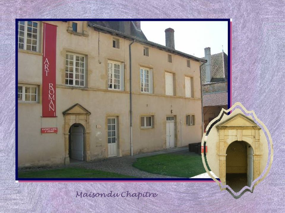A gauche, nous pénétrons dans la cour de la maison du chapitre qui offre encore aux regards sa salle capitulaire ou salle du chapitre. Là se réunissai
