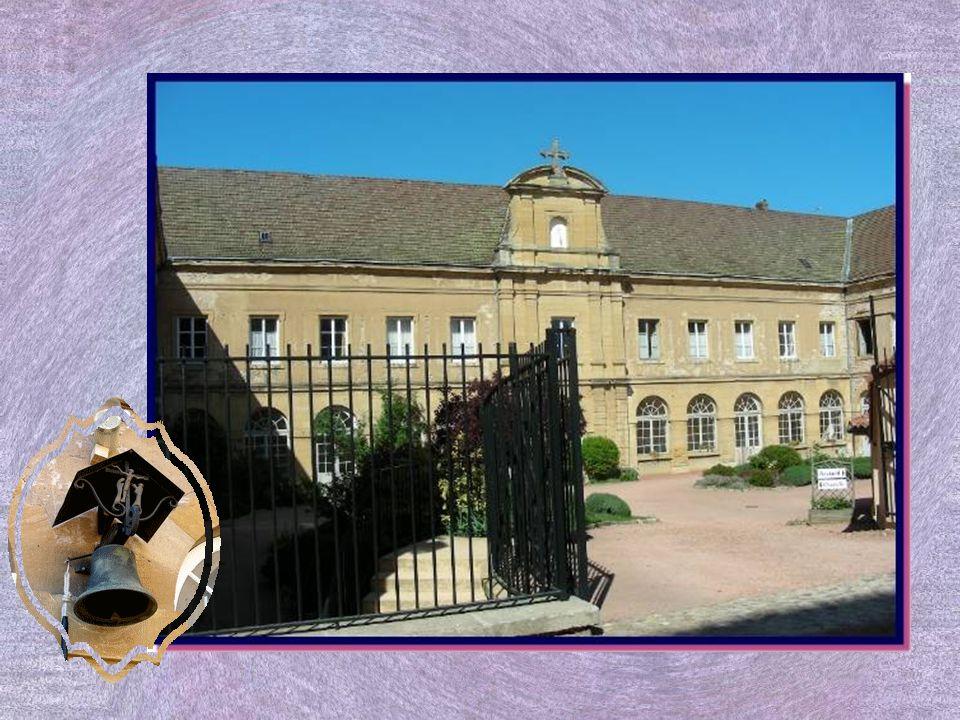 Le Prieuré Saint-Hugues fut construit à partir de 1830 pour abriter un petit séminaire. Il devint asile au début du XXe siècle, puis redevint le petit