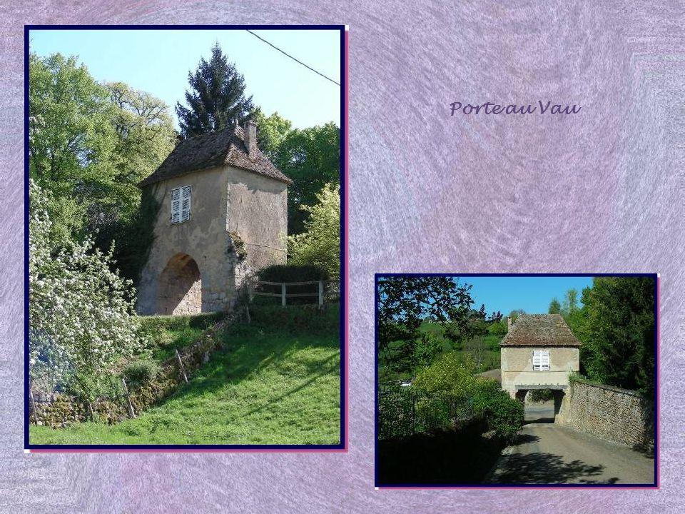 Une troisième enceinte fut aménagée plus tardivement. La Porte au Vau, qui fut ouverte au XVIe siècle, permettait laccès au quartier nord de la Basse