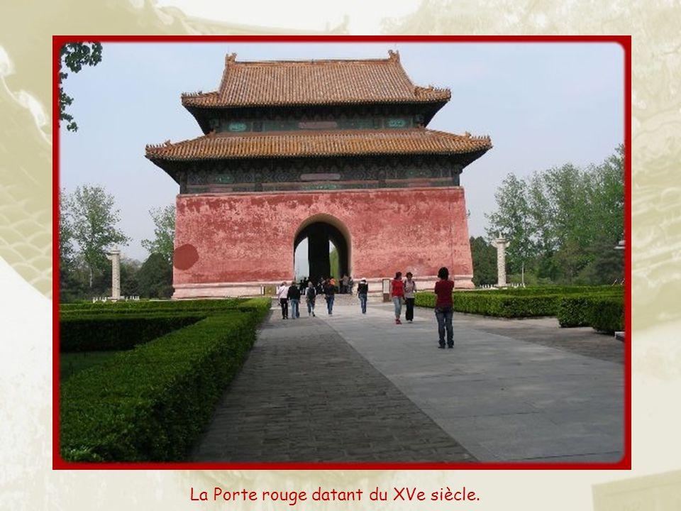 Sur le chemin du retour, arrêt aux tombeaux de la dynastie des Ming. Les 13 tombeaux sont situés au pied des collines de Tiangshou (collines de la Lon