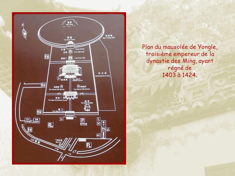 Yongle est lempereur qui décida de transférer son gouvernement de Nanjing à Beijing. Il choisit le meilleur emplacement pour sa sépulture, au centre.
