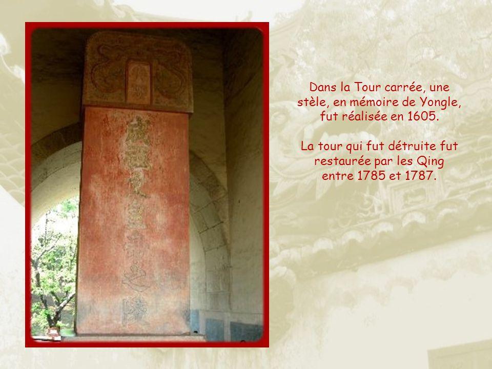 La porte rouge, à gauche, donnant accès à la Tour carrée, la tour de lÂme.