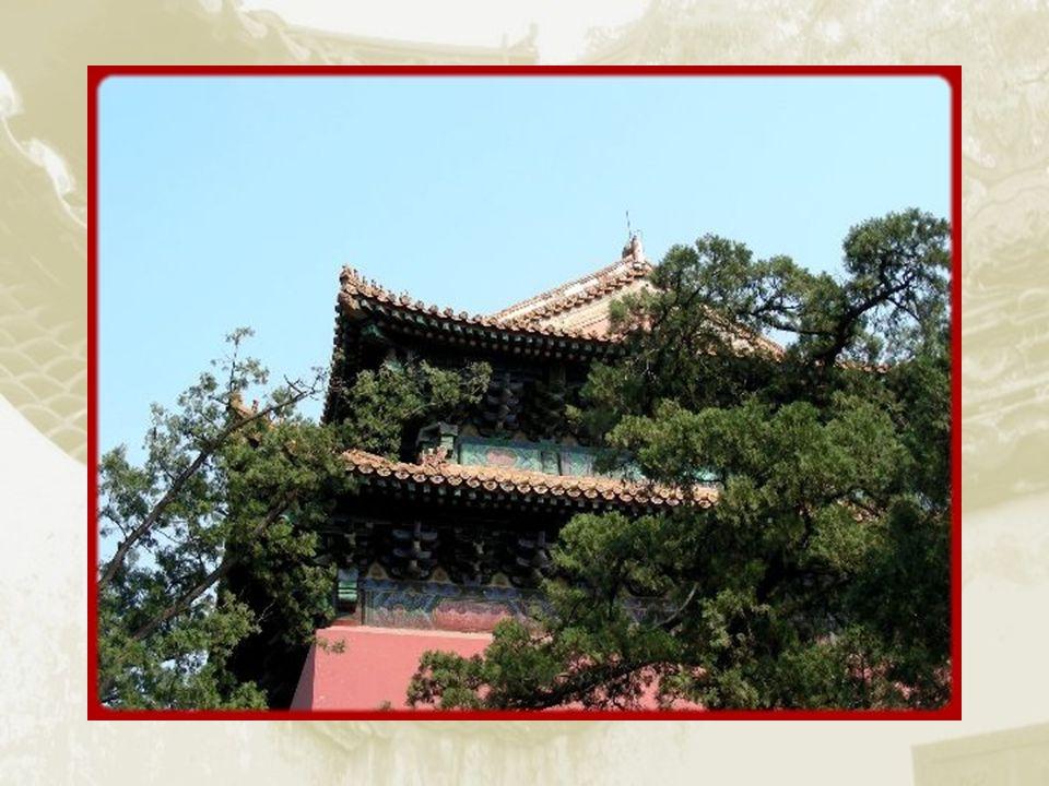 Dans la Tour carrée, une stèle, en mémoire de Yongle, fut réalisée en 1605. La tour qui fut détruite fut restaurée par les Qing entre 1785 et 1787.