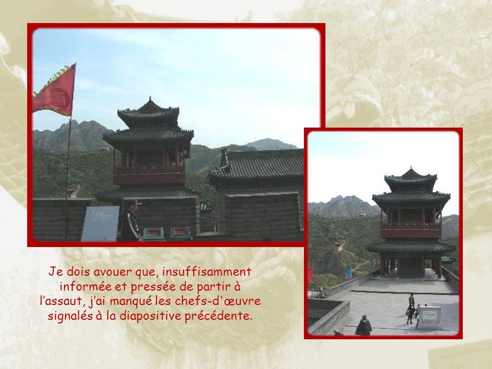 Durant le règne de la dynastie des Yuan, est construite la Terrasse des nuages, en marbre blanc, pour servir de base à trois pagodes de pierre. « Sur