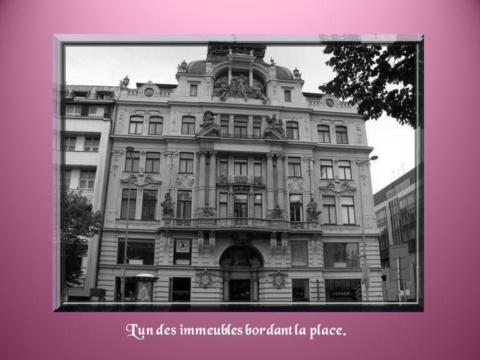 A proximité de la vieille place, on découvre la maison du XVIIe siècle, dite à la minute (U minuty) avec une splendide façade entièrement décorée dimages dinspiration mythologique.