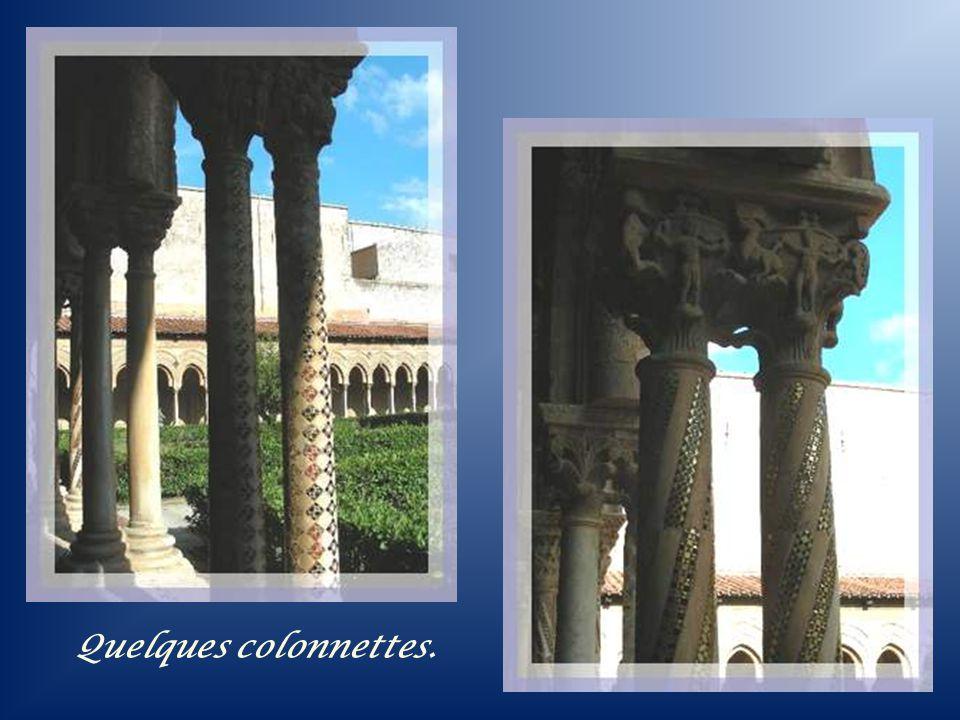 À droite de la cathédrale on pénètre dans le superbe cloître du Couvent Bénédictin. Il fut également réalisé au XIIe siècle par Guillaume II. Tout le