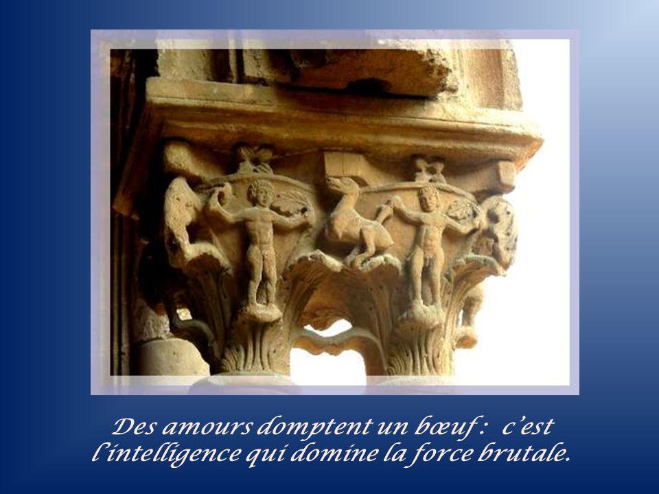 Sur ce chapiteau, un Griffon entre deux figures humaines dont lune tient un livre qui peut être une Bible représentant la pensée de Dieu.
