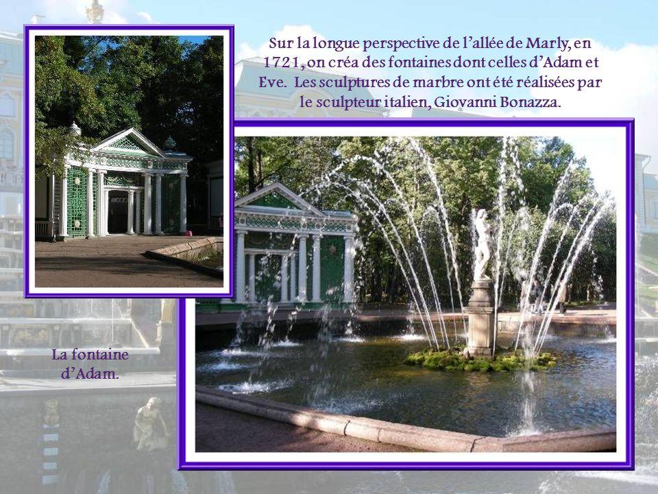 Dans le jardin de lOrangerie, la fontaine du Triton trône au centre dun bassin de 15 m de diamètre. Elle fut installée en 1726 et représente un triton