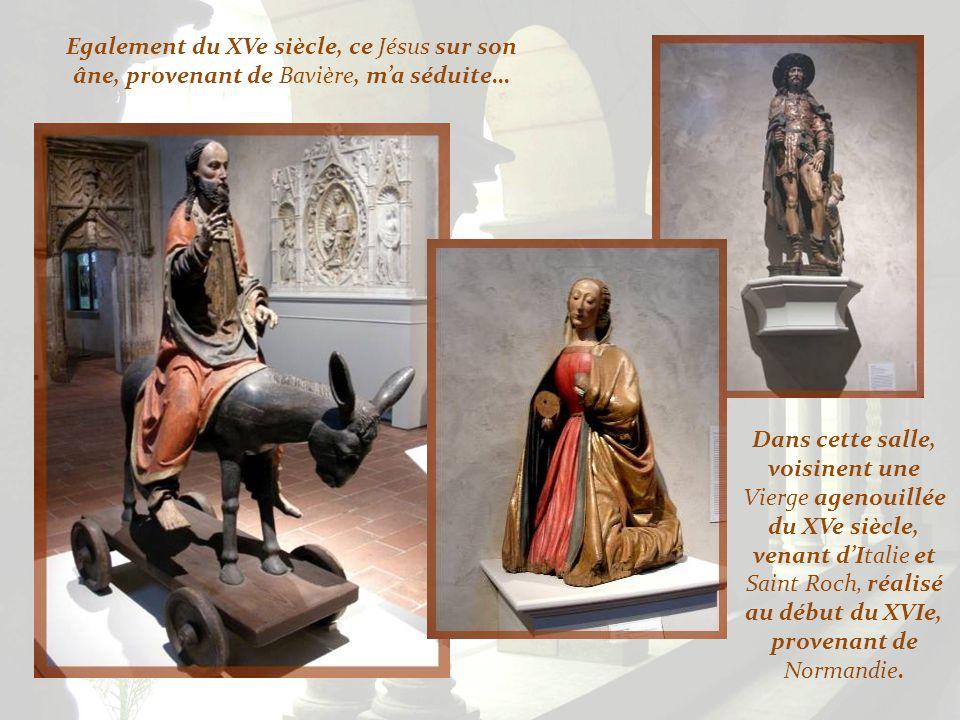 A gauche, cette Nativité de la Vierge fut réalisée en Bavière, vers 1480. A droite, les Trois Rois, réalisés avant 1489, accompagnaient une Vierge à l