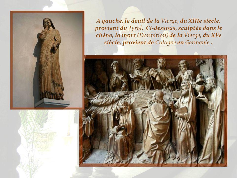 Différentes Vierges en bois. Ci-dessus, une Pietà du XVe siècle, provenant de Germanie et, à droite, une Vierge à lEnfant sur un trône, de la fin du X