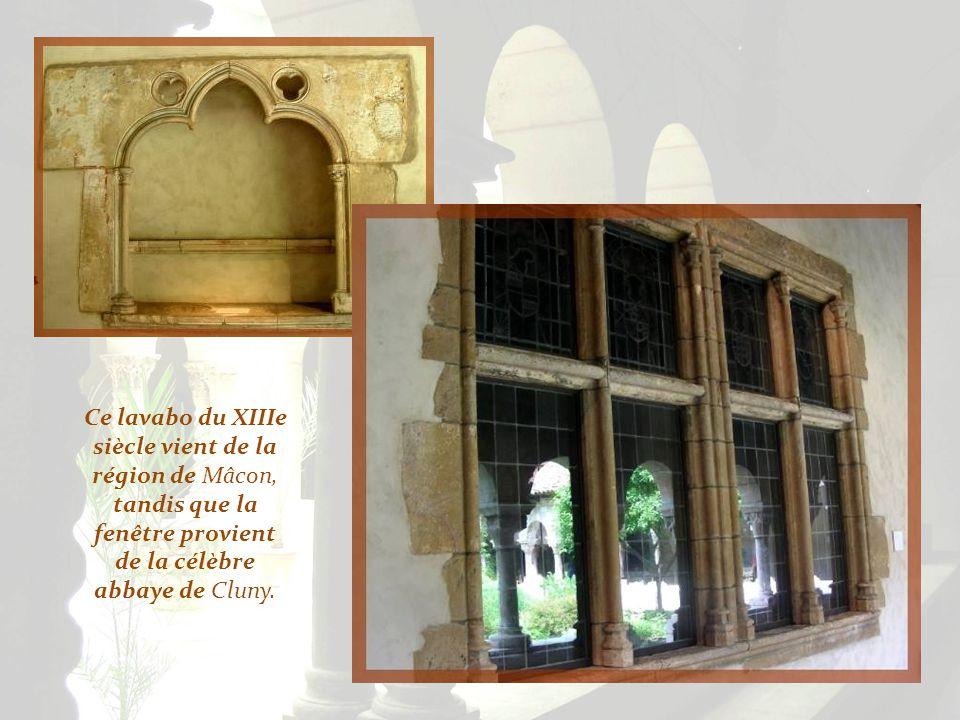 La salle du Chapitre provient de labbaye cistercienne de Pontaut, en Gascogne. Elle fut acquise par John D. Rockfeller, en 1930, et remontée pierre pa