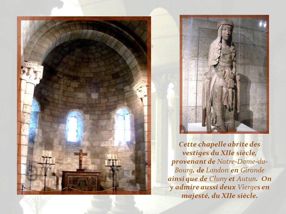 Ce lavabo du XIIIe siècle vient de la région de Mâcon, tandis que la fenêtre provient de la célèbre abbaye de Cluny.