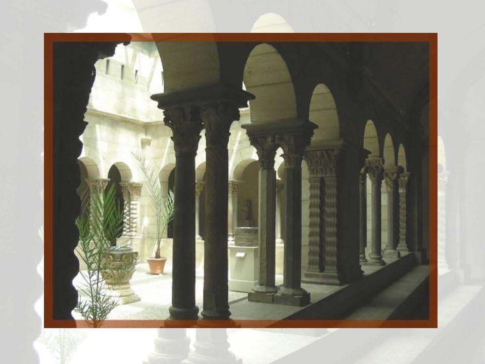 Nous admirons ici des vestiges du cloître de Saint-Guilhem-le-Désert, situé dans lHérault, en France. Ils datent du XIIe siècle. Y sont également expo