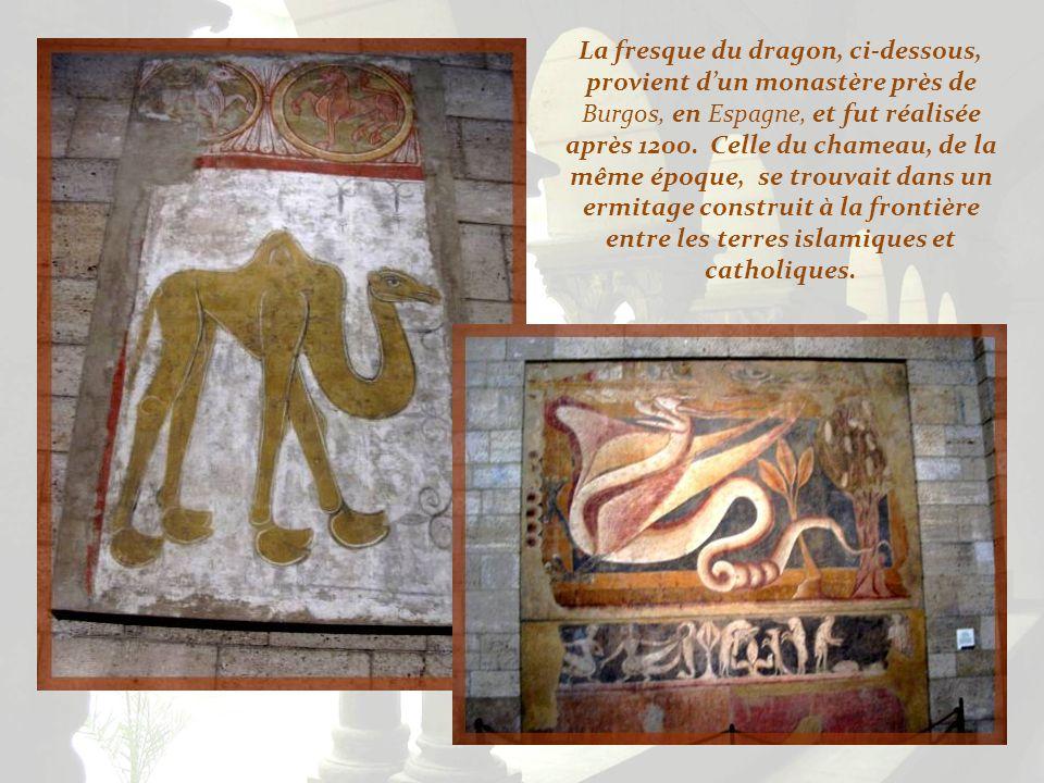 En marbre de Carrare, ce portique est orné de lEntrée à Jérusalem, dans sa partie supérieure. Il provient de léglise de San Leonardo al Frigido et dat
