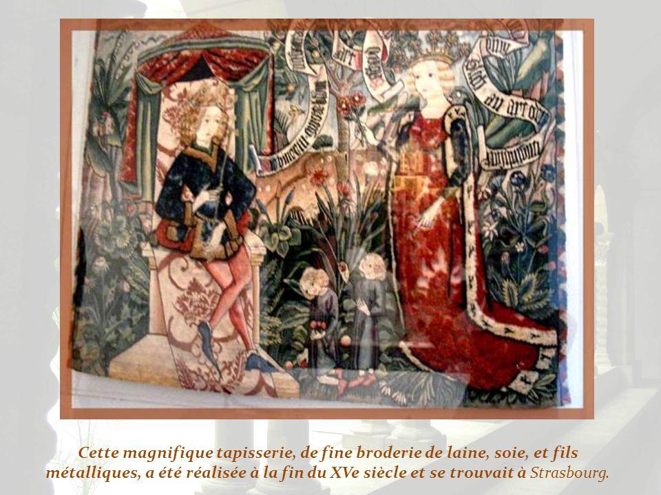 Ici, lon trouve la tombe de Jean dAlluye qui fonda labbaye cistercienne de la Clarté-Dieu où il mourut aux alentours de 1248. Son gisant est représent