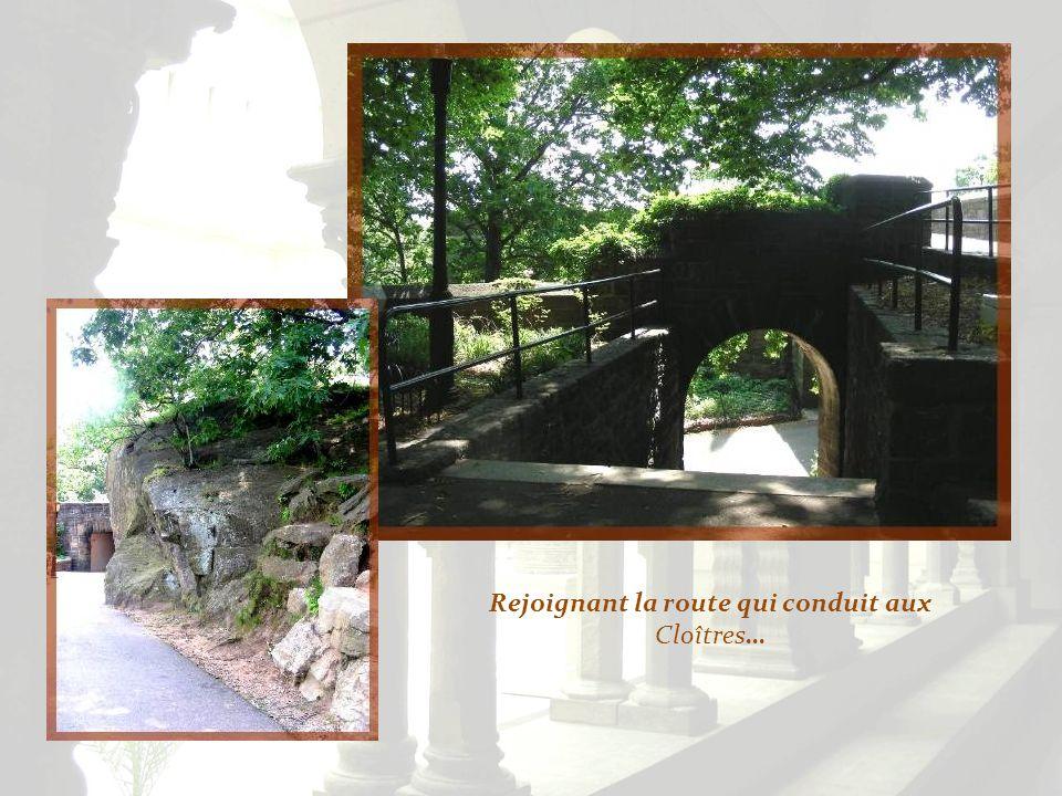 Le trajet dans le parc est fort agréable, la voie bordée de fleurs rustiques. Non loin, le pont Georges Washington.