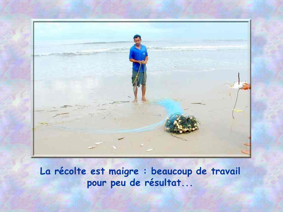 Un pêcheur au filet, sur la plage.
