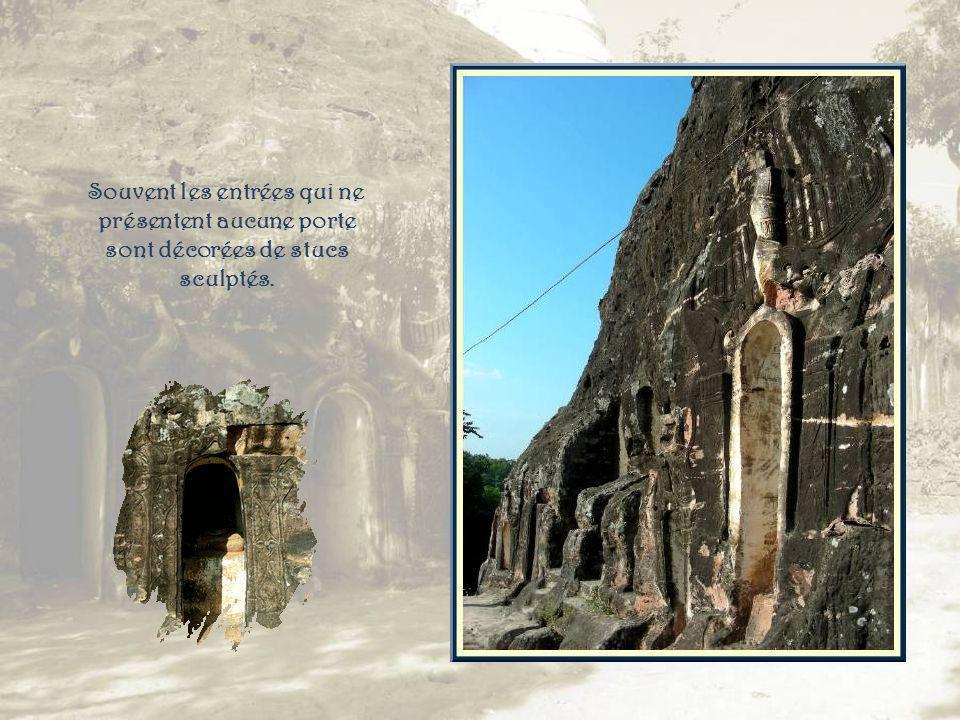 Une succession douvertures donnant accès à de petits espaces de culte, toujours contenant au moins un bouddha…