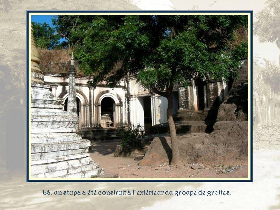 Souvent les entrées qui ne présentent aucune porte sont décorées de stucs sculptés.