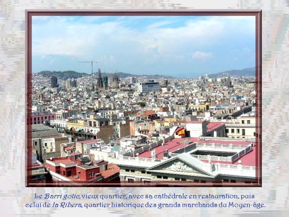 La vie palpite sur las Ramblas, artère verte, qui relie le port à la Plaça de Catalunya.