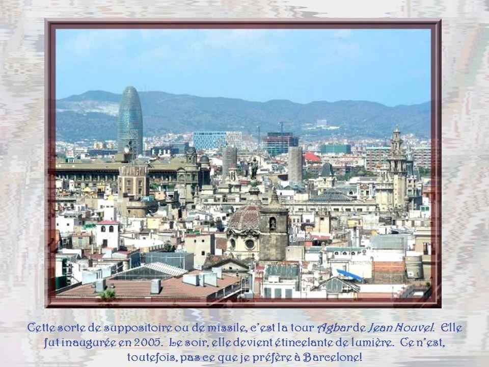 Encore la Cathédrale qui masque, en partie, la célèbre Sagrada Familia, éternellement encadrée de grues…