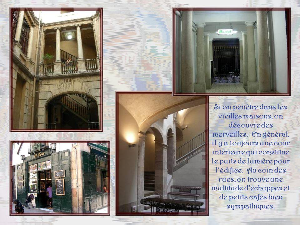 Dans les vieux quartiers, Barri gotic et de la Ribera, une multitude de petites rues, arborant leurs balcons en fer forgé…