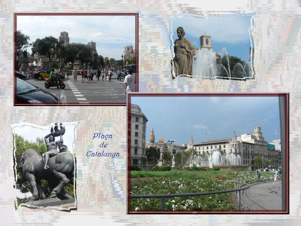 De larges avenues… Ci-dessus le Passeig G. Gracia, un peu les Champs-Elysées de la ville. A droite, la Via Laïetana.