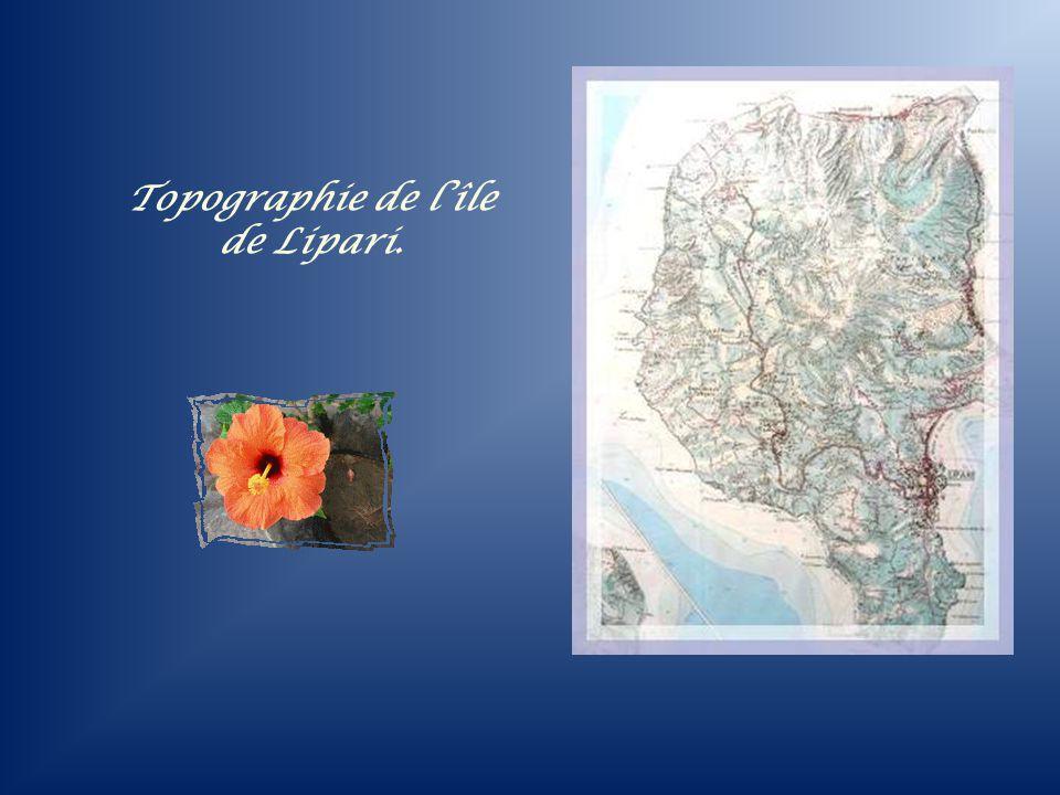 Et voici Lipari, la plus grande des îles. Là seulement, on retrouve une concentration urbaine qui plus est, très pittoresque. La ville est dominée par