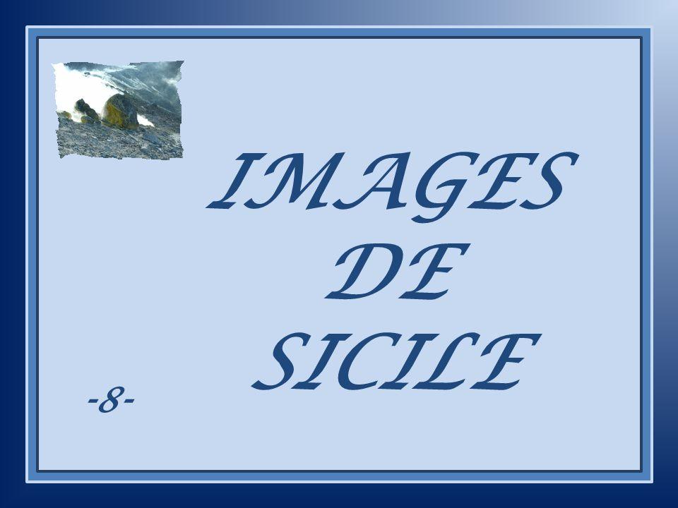 Topographie de lîle de Stromboli avec le volcan en son centre.