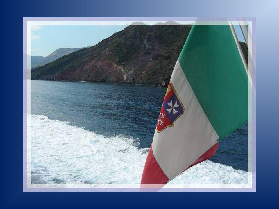 En séloignant avec le bateau, un dernier coup dœil sur les hauteurs de Lipari.