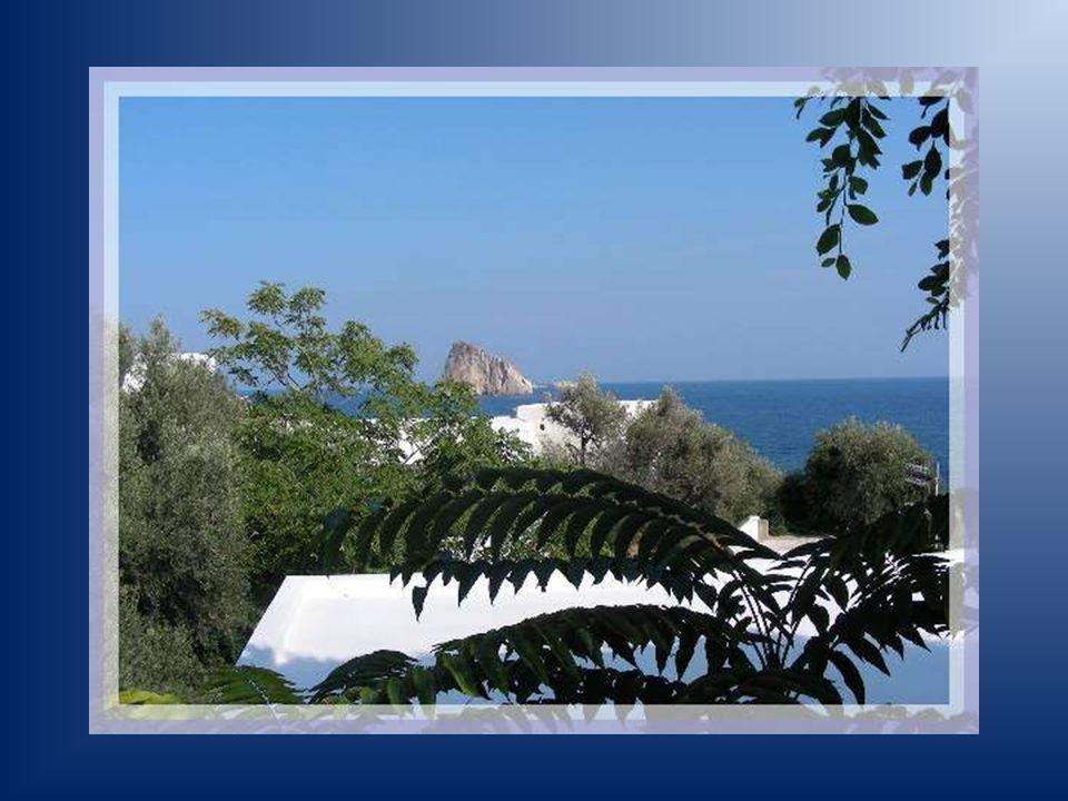 La petite île de Panarea était déjà habitée bien avant notre ère. Ses habitants vivaient paisibles quand elle fut découverte par un riche couple milan