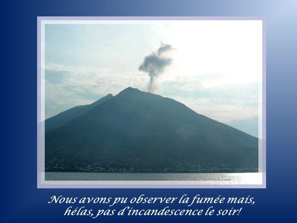 Topographie de lîle de Stromboli avec le volcan en son centre. Culminant à 918 m, il explose et crache régulièrement de la lave incandescente.