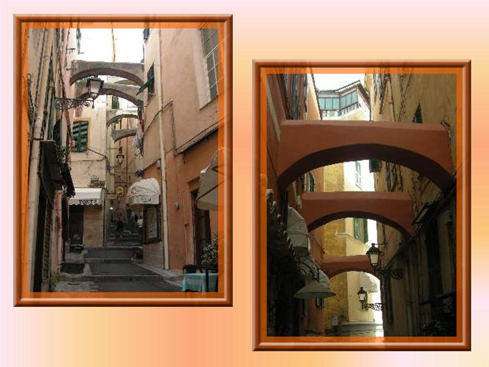 Le plus ancien quartier de la ville est celui du Piano, déjà habité à lépoque romaine. On y retrouve des ruelles, avec arches, qui en relient les deux