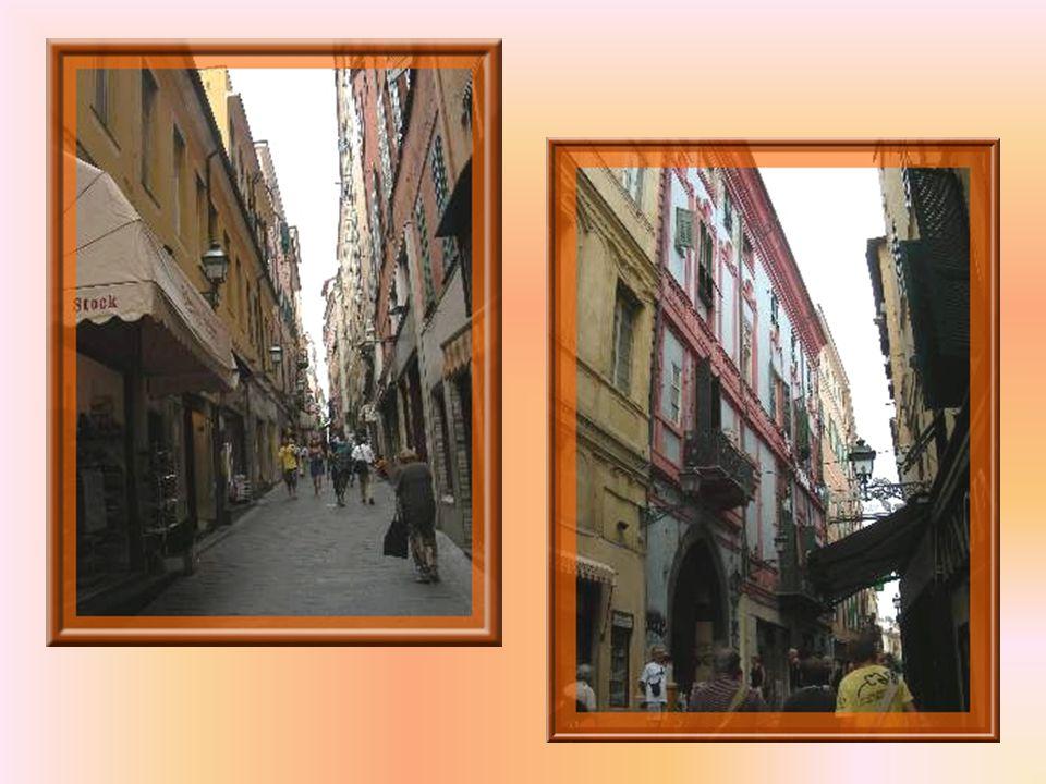 Laissant le quartier de La Pigna, nous retrouvons des rues toujours anciennes, pas encore très larges mais commerçantes!