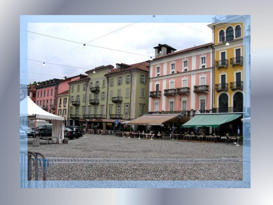 La Piazza Grande est le centre de la ville. Cest aussi la place où se tient le marché hebdomadaire.
