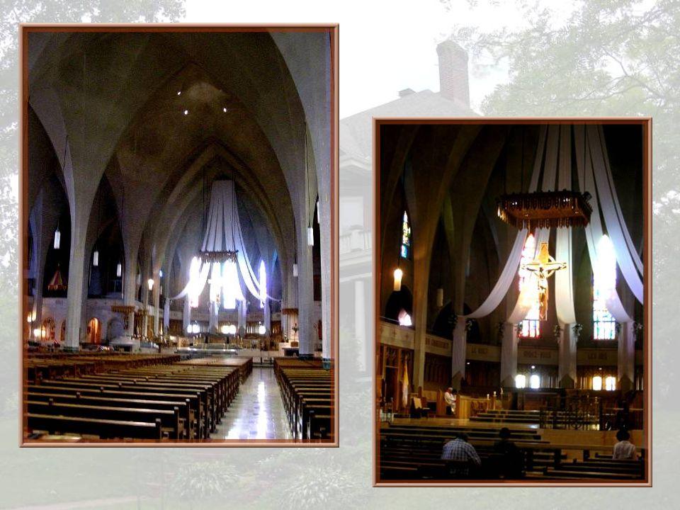 La construction fut interrompue, le soubassement terminé, après seulement deux années et fut nommé Chapelle Pauline. On fit appel au même architecte,