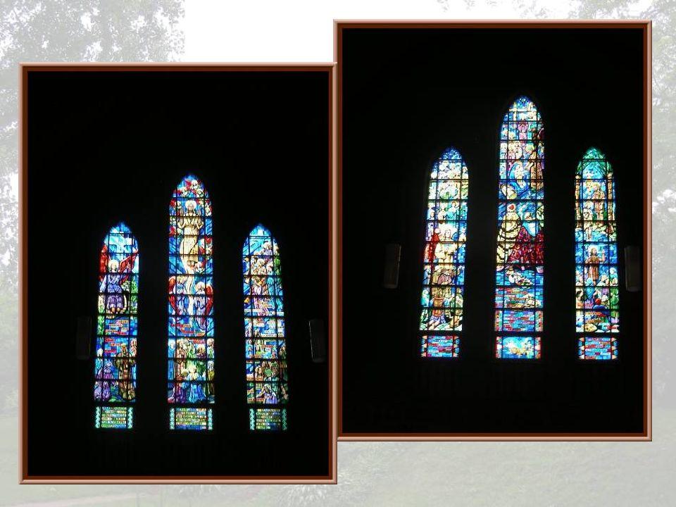 Des mosaïques, dessinées par André Mériel-Bussy, ornent les autels latéraux. Devant celle du haut, la Bienheureuse Marie-Léonie Paradis, religieuse ca