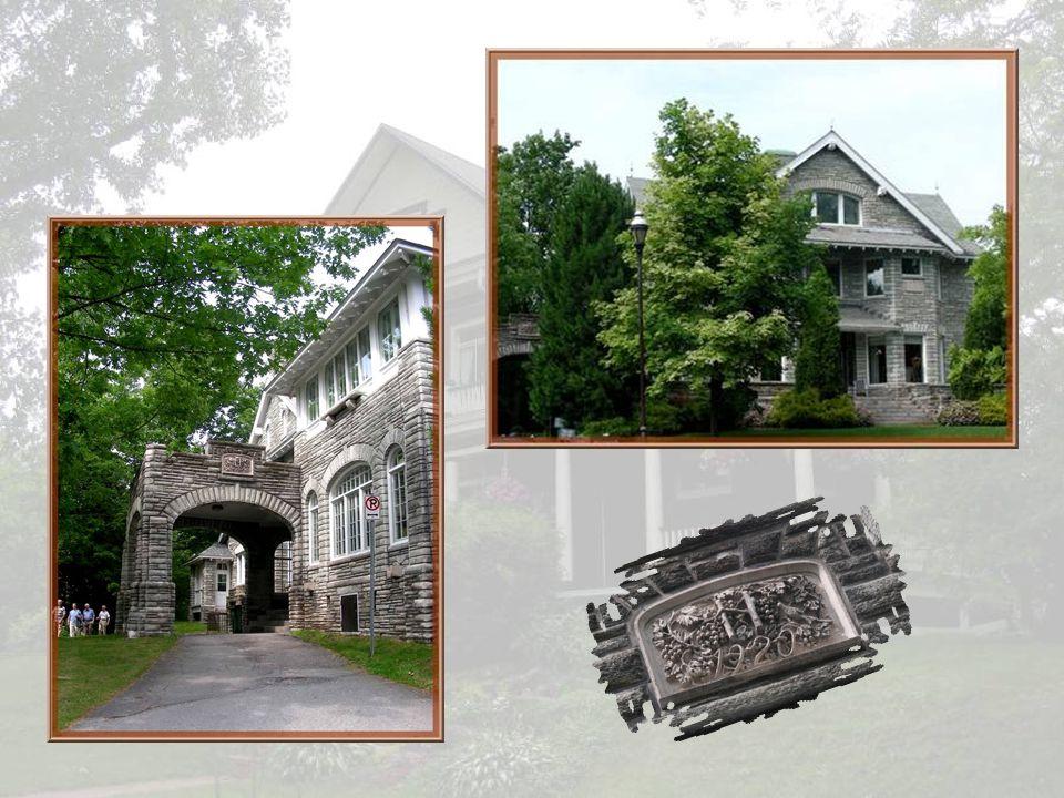 Ses vieilles demeures de pierre sont largement dinspiration anglaise. En janvier 1962, Charles- Benjamin Howard vend son domaine à la ville de Sherbro