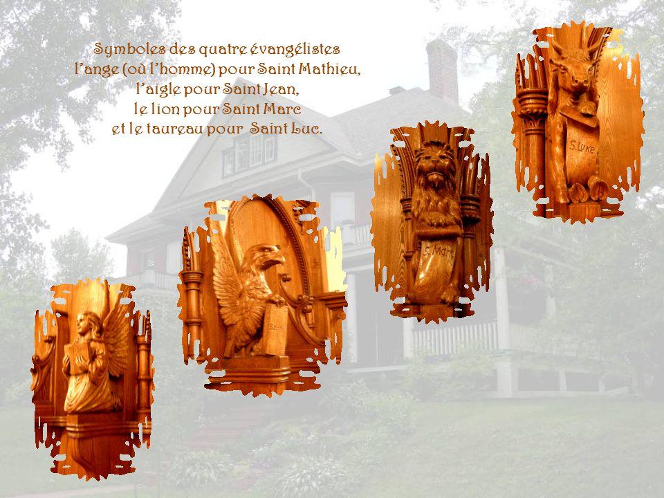 Laménagement, réalisé en bois de hêtre, est remarquable pour la qualité de ses sculptures.