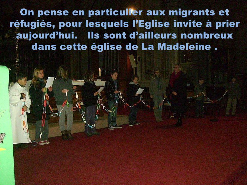 On pense en particulier aux migrants et réfugiés, pour lesquels lEglise invite à prier aujourdhui. Ils sont dailleurs nombreux dans cette église de La