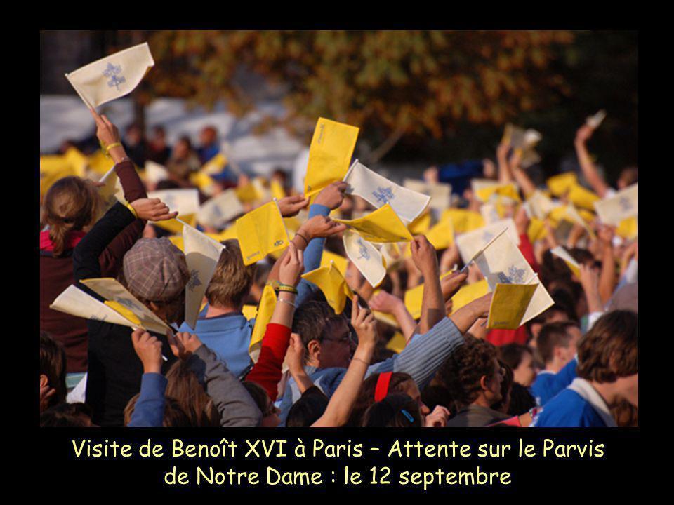 Visite de Benoît XVI à Paris – Attente sur le Parvis de Notre Dame : le 12 septembre