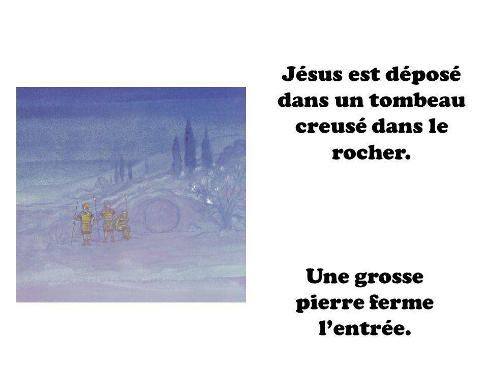 Jésus est déposé dans un tombeau creusé dans le rocher. Une grosse pierre ferme lentrée.