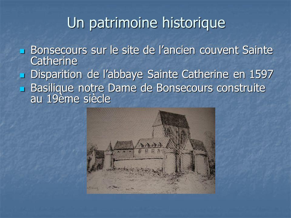 Le monument à la gloire de Jeanne Darc Le monument à la gloire de Jeanne Darc larchange Saint Michel surmonte la coupole larchange Saint Michel surmonte la coupole