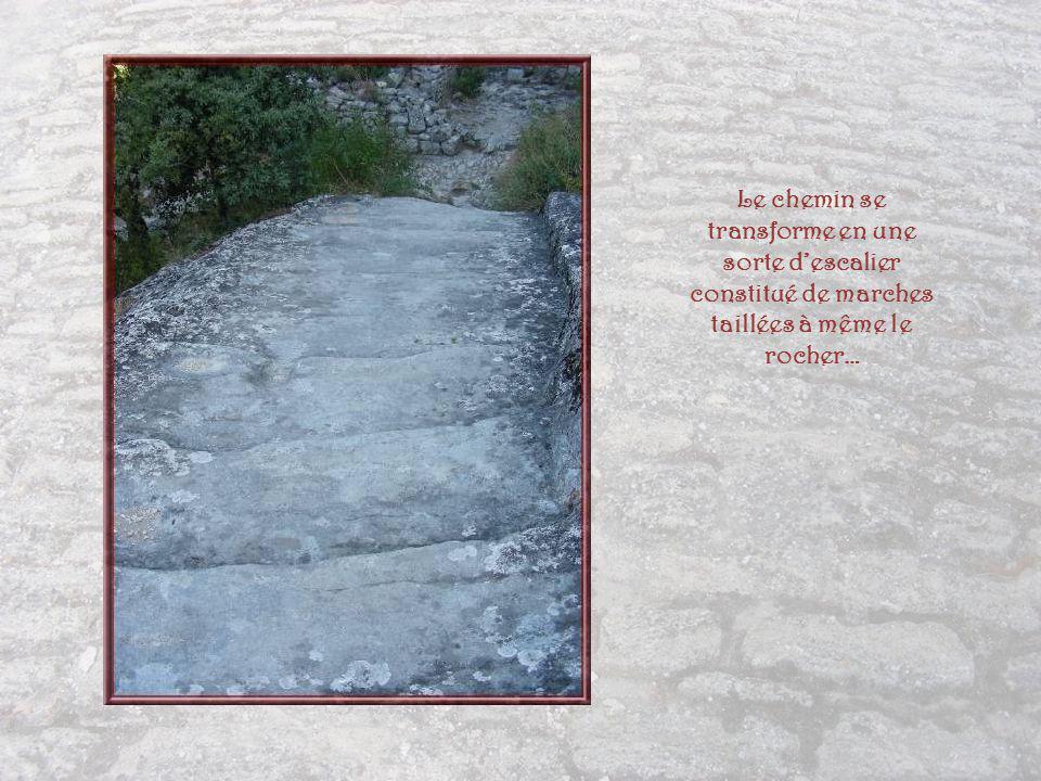 Nous croisons des vestiges dhabitations creusées dans le roc.