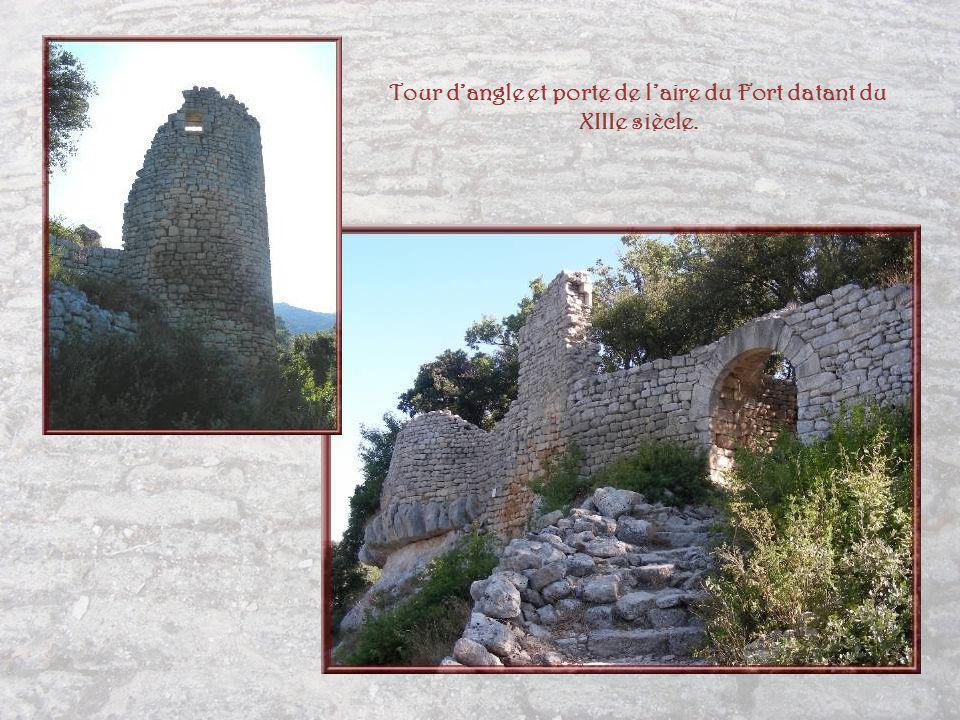 Le chemin se transforme en une sorte descalier constitué de marches taillées à même le rocher…