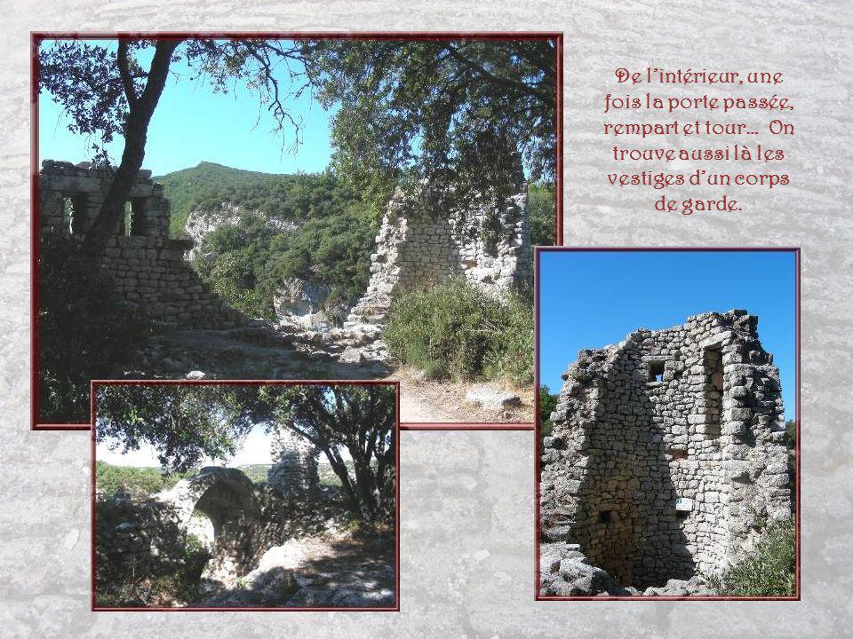 Tour dangle et porte de laire du Fort datant du XIIIe siècle.