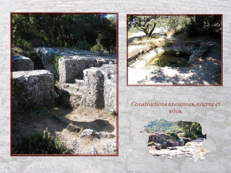 De lintérieur, une fois la porte passée, rempart et tour… On trouve aussi là les vestiges dun corps de garde.