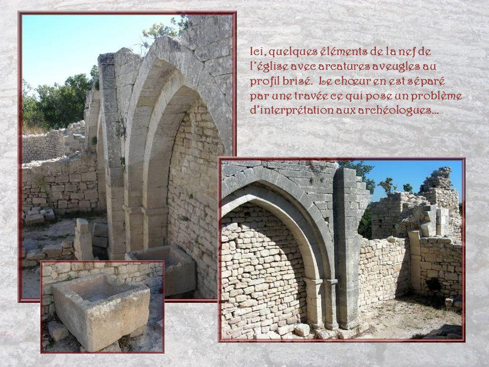 Quelques éléments de léglise avec le mur à contreforts, ci- contre, à gauche… Il semble bien que cette église fut construite sur un édifice plus ancien dont lidentification reste obscure mais dont on retrouve un pan de mur au nord.